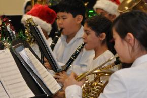 A picture of students playing clarinets and french horn